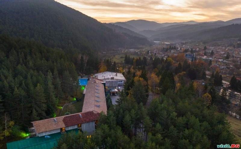 Делнична Спа Ваканция Сред Борова Гора, 3 Дни за Двама със Закуска и Минерални Басейни от Хотел Велина