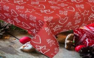 Червена Покривка за Маса на Коледни Фигурки