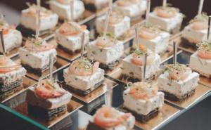 90, 140 или 195 Броя Вкусни Кетъринг Хапки Готови за Сервиране от Криейтив Кетъринг