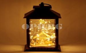 Декоративен Светещ Led Коледен Фенер с Вградена Дървена Къщичка