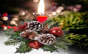 Венче за Коледна Свещ с Брокатени Ябълки и Шишарки