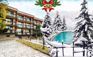 Коледа в к.к. Пчелински бани! 3 нощувки за ДВАМА на база All inclusive + празнична програма + външен и вътрешен басейн с гореща минерална вода и сауна от хотел Виталис