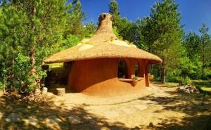 Нощувка на човек със Закуска в Къщичка Направена от Камък, Глина и Дърво в Еко Селище, Омая, с. Гайтаниново