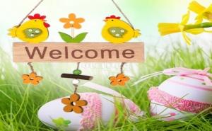 Дървена Табелка Welcome с Кокошки и Цветя