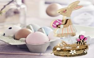 Зайче Момиченце с Великденско Яйце на Пънче