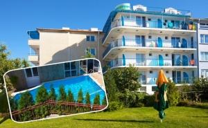 Нощувка на човек на База All Inclusive Light + Басейн, Шезлонг и Чадър на Плажа от Семеен Хотел Елвира, Равда!