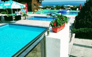Нощувка на човек със Закуска, Обяд и Вечеря + 2 Басейна и Джакузи в Хотел Роза, <em>Черноморец</em>