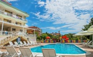 Лято на 50М. от Плажа в <em>Свети Влас</em>! Нощувка на човек със Закуска и Вечеря + Басейн от Хотел Панорама***