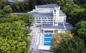 Нощувка на човек в Двойна Стая на База All Inclusive + Басейн в Хотел Ариана, <em>Китен</em> на 200М. от Плажа. Дете до 11.99Г. Безплатно
