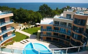Нощувка на човек със Закуска + Басейн, Чадър и Шезлонг на Плажа от Хотел Аквамарин, Обзор
