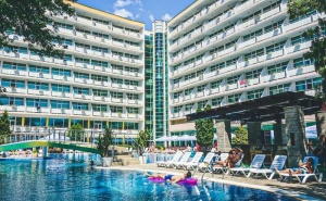 Нощувка на човек на База All Inclusive + Басейн от Гранд Хотел Оазис, Слънчев Бряг, само на 80 М. от Плажа. Безплатно-Дете до 11.99Г.